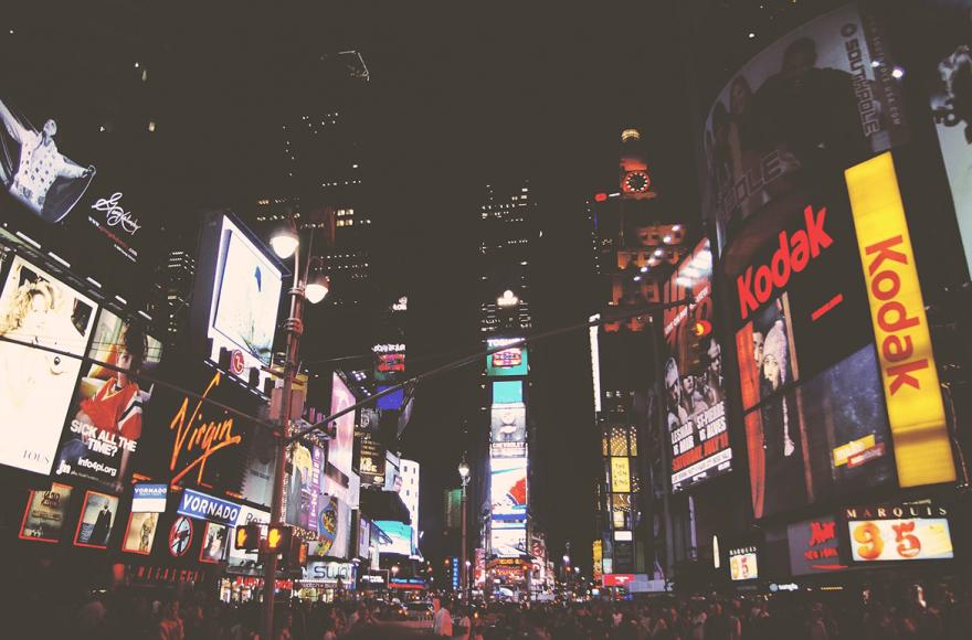 Vue de Time Square à New York où l'on retrouve plusieurs slogan de marque
