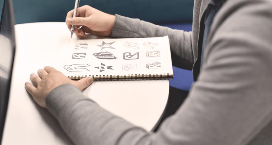 graphiste effectuant la création d'un logo
