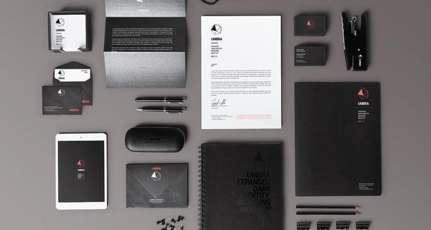 Plusieurs outils de communications: papier-lettre, carte d'affaires, enveloppes, etc.